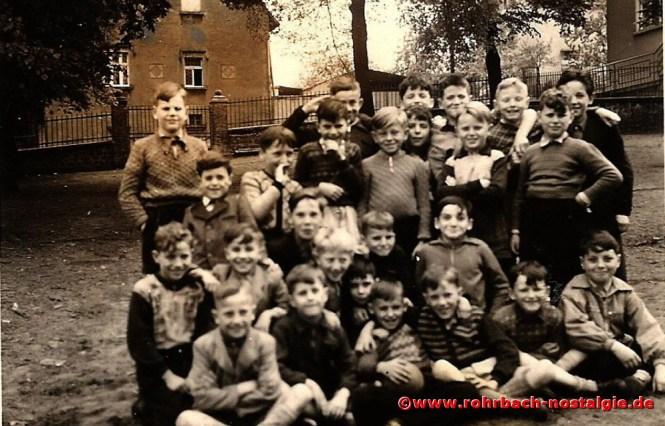1955 Die Buben des Jahrganges 1946 auf dem Schulhof der Denkmalschule