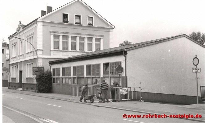 Ein markantes Bauwerk der Schlawerie ist das 1880 eingeweihte Wiesentalschulhaus. Daneben der Bauhof. Er wird 1990 abgerissen.