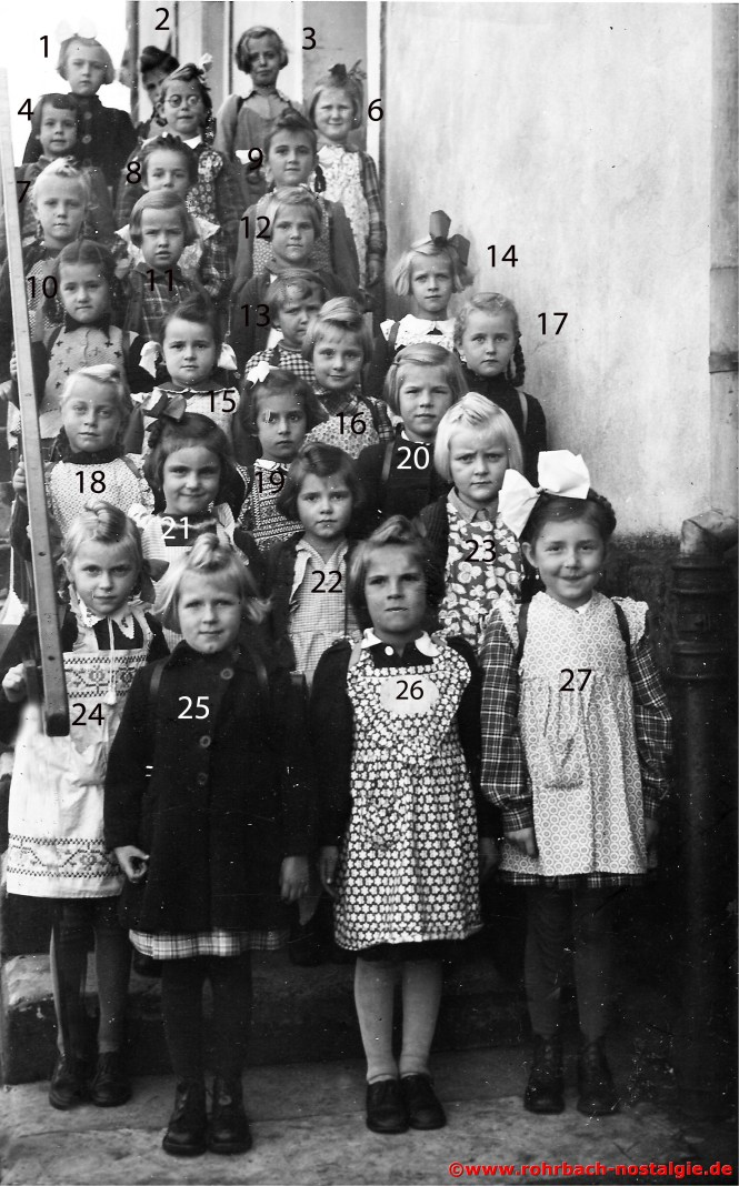 1951 Die Mädchen des Geburtsjahrganges 1945 bei der Einschulung 1 Anna Rita Bertzel - 2 Unbekannt - 3 Isolde Huy - 4 Elke Fickinger - 5 Marliese Zeiger - 6 Erika Höring - 7 Monika Werle - 8 Runhilde Hanser - 9 Ulrike Würtz - 10 Gisela Stein - 11 Helga Braun - 12 Gertrud Stuppi - 13 Senta Gawor - 14 Gabriele Gehring - 15 Gertrud Schwarz - 16 Christel Hauck - 17 Etelka Hussong - 18 Anita Abel - 19 Anita Schulz - 20 Marliese Hölzer - 21 Monika Knauer - 22 Rosel Grell - 23 Erika Kessler - 24 Annnerose Wittmann - 25 Roswitha Schmelzer - 26 Brigitte Drescher - 27 Anita Wirth