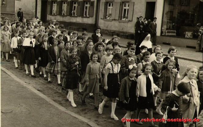 1957 Grundsteinlegung zur St. Konradskirche. Rechts neben den Mädchen die Lehrpersonen Frau Maria Höh und Schwester Friedgard