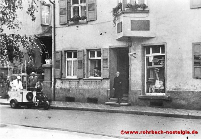 In den 50er Jahren Eismännchen Friedrich Leiner vor dem Friseurgeschäft Leopold Jung