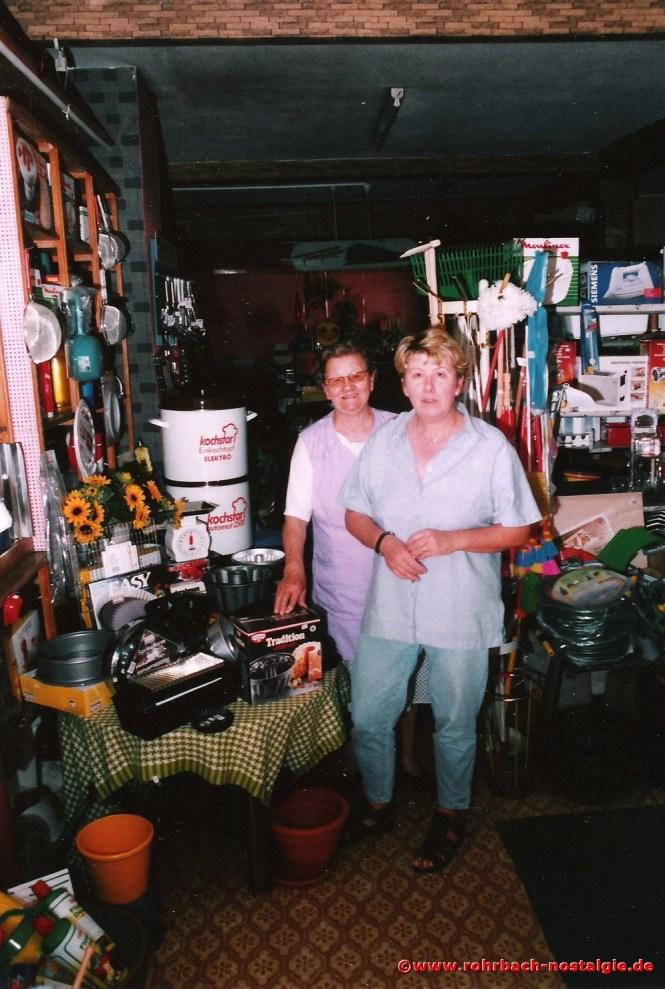 Frau Therese Stolz, eine Frau für alle Fälle, mit Ihrer Tochter Annelie in Ihrem Eisenwarengeschäft
