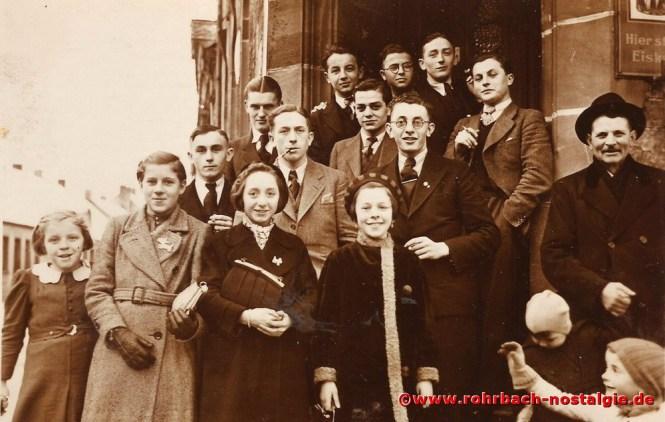 Um 1938 Männer und Frauen aus der Schlawerie auf der Treppe vor Rohe's Wirtschaft