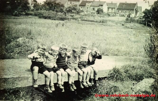 Um 1939 Buben aus der Schlawerie am Rohrbach. Von links: Günter und Heinz Jung, Helmut Mann, Horst Oberhauser, Karlheinz Theodor und Walter Neff. Im Hintergrund die Häuser der Schlawerie