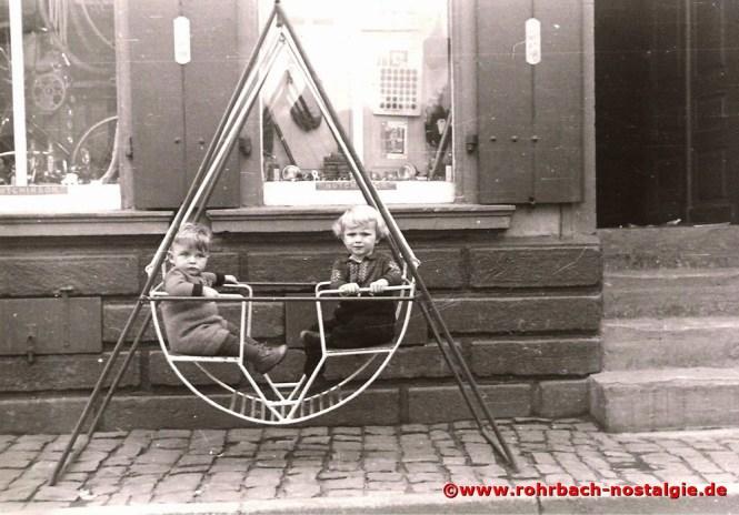 Um 1951 Josef Pfeifer und Roland Wind vor dem Fahrradgeschäft Valentin Theodor