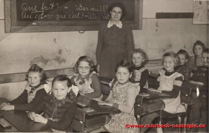Um 1953 – Mädchen des Jahrganges 1944 mit Klassenlehrerin Frau Elli Weirich