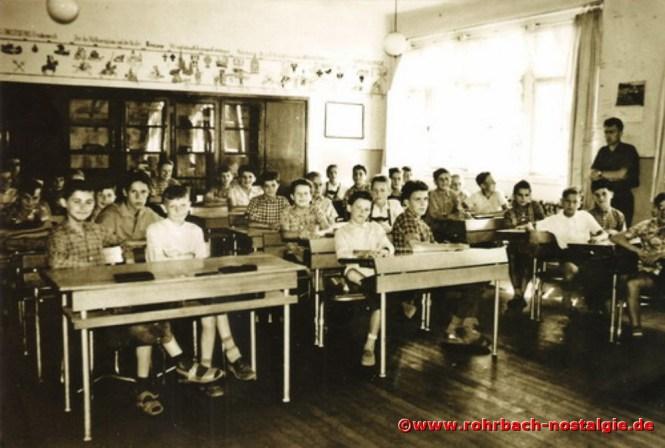 Um 1960 Lehrer Richard Spang mit Schüöern der Jahrgänge 1946 und 1947