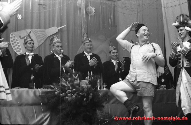 1966 Der Elferrat Gisbert Magenreuter, Günter Thalheimer, Alfons Charrois und Manfred Barth verabschieden den St. Ingberter Büttenredner Walter Rebmann