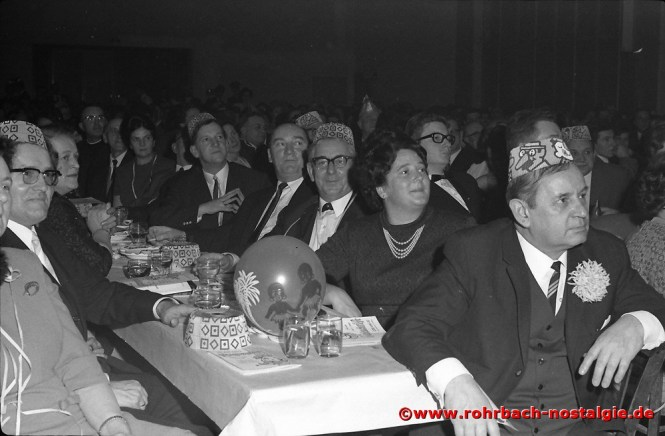 1968 Aufmerksam hört die Prominenz die Büttenrede