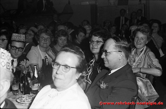 1968 Aufmerksame Zuhörer bei der Büttenrede
