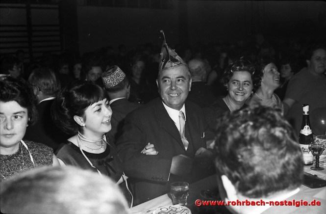 1968 Ministerpräsident Franz Josef Röder beim Schunkeln