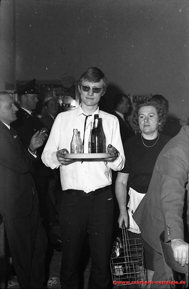 1968 Die Bedienungen Burkard Spang und Alwine Rohe haben viel zu tun