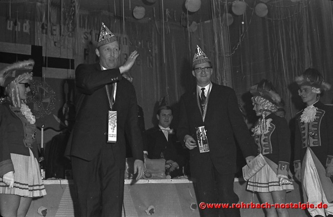 1968 Die Frohsinnskrätzjer mit ihrem Solosänger Gerd Mohr und ihrem jungen Dirigenten Norbert Feibel (rechts im Bild) werden nach ihrem Auftritt verabschiedet