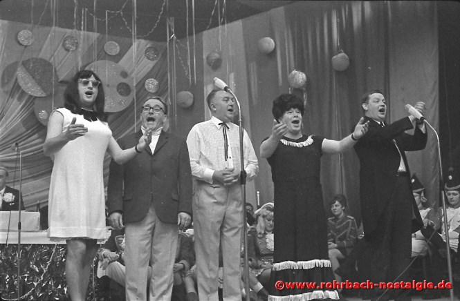 """1969 Die Sänger Heinz Karmann, Friedel Metz, Karl Kremerskothen, Walter Rebmann und Willi Becker von den """"Frohsinnskrätzjern"""" des MGV Frohsinn St. Ingbert sorgen für Stimmung"""