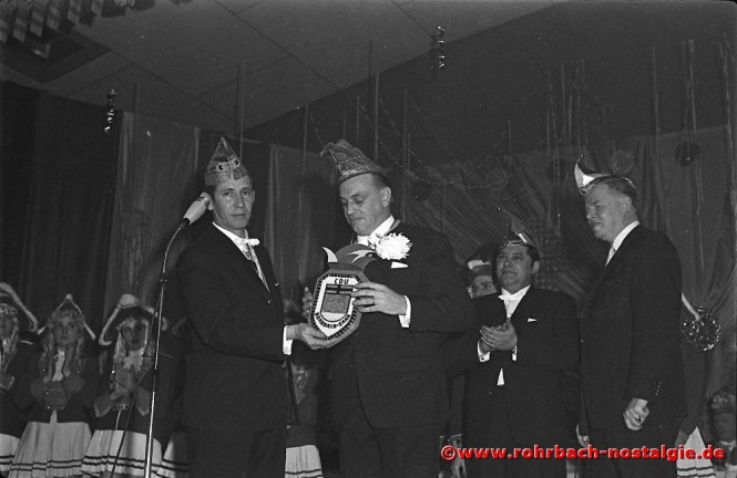 1969 Julius Pfeifer verabschiedet den Vorsitzenden der Rohrbacher CDU Günter Thalheimer, den es beruflich nach Frankfurt zieht. Daneben Heinz Wadle und Karl Merz