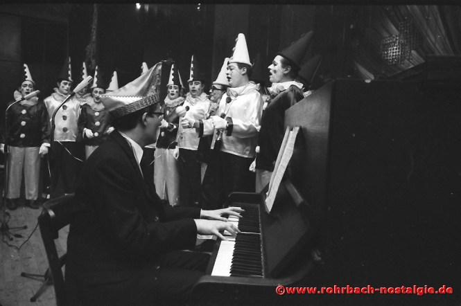 1969 Die Hofsänger des MGV Frohsinn aus St. Ingbert mit ihrem Dirigenten Norbert Feibel