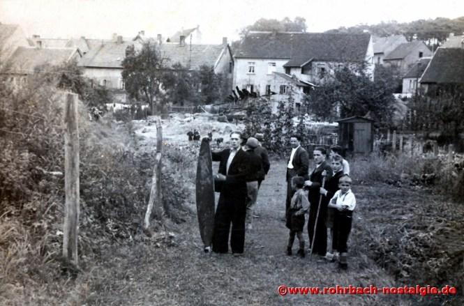 1939 Rudi Deckarm (de Sheriff) steht neben einem Propellerblatt des abgeschossenen französischen Flugzeuges