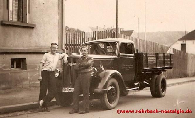 1938 Oskar Kraus (rechts auf dem Foto) mit seinem LKW in der Adolf Hitler Straße (heute Bahnhofstraße). Im Hintergrund der Zaun des Lagers der Firma Luck & Müller