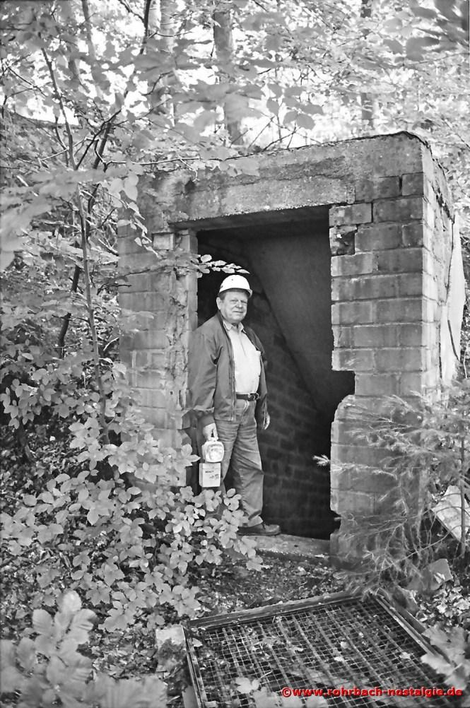 2001 Bernhard Bastian am Eingang des Bunkers bei der Firma Heckel