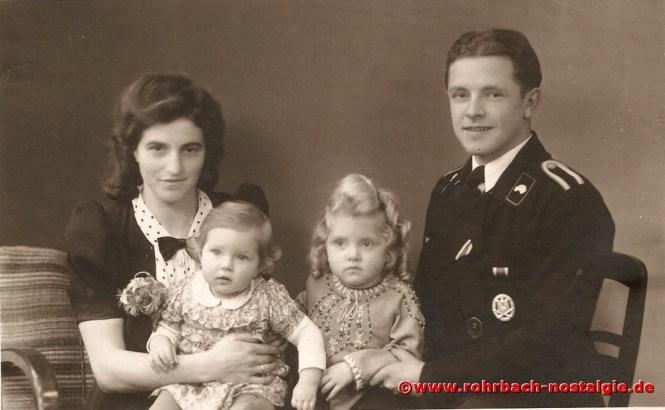 1943 Letzter Heimatbesuch von Oskar Kraus bei seiner Familie, bevor er am 7. Juli 1943 bei Kämpfen in Russland gefallen ist. Auf dem Foto von links: Ehefrau Elisabeth, Tochter Doris, Tochter Katharina (in Rohrbach gezeugt) und Oskar Kraus