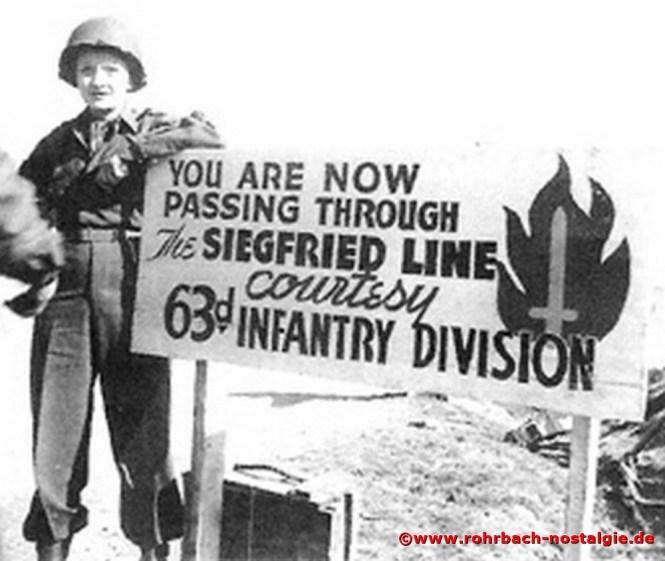 * Marlene Dietrich vor einem Schild der 63. Infanterie Division der US Army in Kirkel, die den Westwall überwand