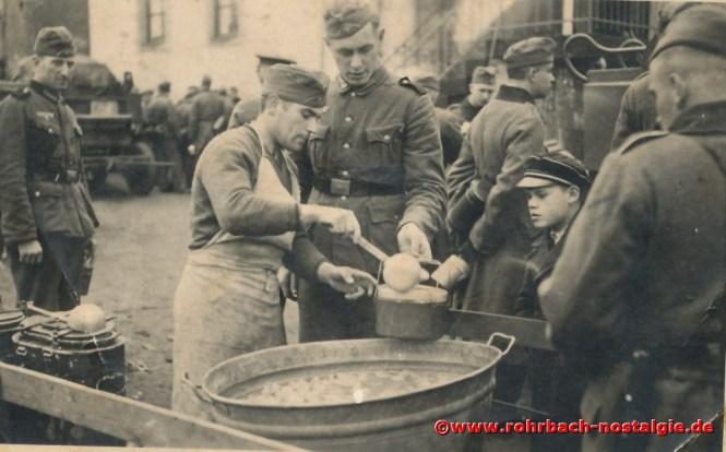 1940 Feldküche im Hof der Wiesentalschule für die vom Frankreichfeldzug zurückgekehrten Soldaten. Rechts im Bild der kleine Junge ist Franz Schegerer aus der Bahnhofsstraße
