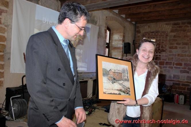 Die rohrbacher Heimatfreunde bringen als Gastgeschenk für das Ehepaar Dr. Meiser und Dr. Telus ein Gemälde der Rohrbacher Mühle mit