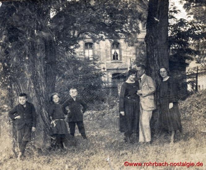Um 1922 Sonntagsgesellschaft vor der Rohrbacher Mühle