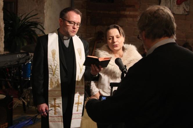 Marcyn Brylka, polnischer Pfarrer der katholischen Pfarrei St. Martin in rohrbach segnet dias neue Zuhause von Frau Dr. Magdalena Telus