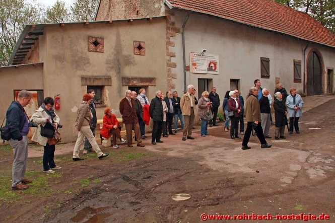 Aufmerksame Besucher beim Besichtigungstermin am 2. Mai 2015