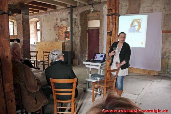 Frau Dr. Telus erläutert bei der Besichtigung die Geschichte der Mühle