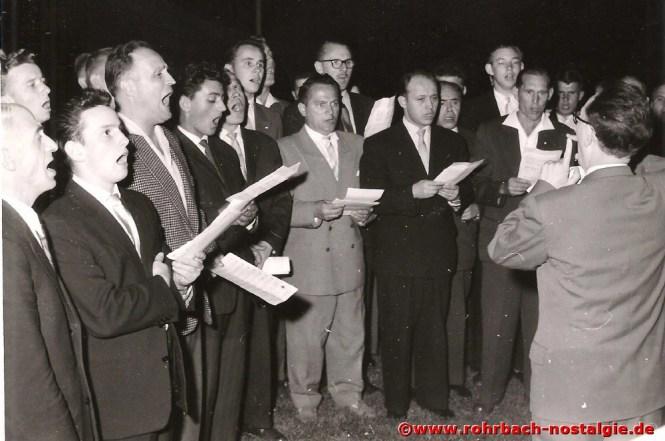 1954 Der Männerchor singt Direktor von der Firma Heckel, Walter Lippmann ein Ständchen