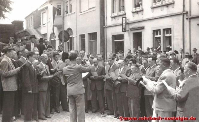 1955 Der Männerchor am Kriegerdenkmal in der Bahnhofstraße (Hohl)