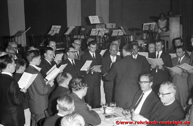 1964 Der Chor bringt Pfarrer Leo Köller anlässlich seines Silbernen Priesterjubiläums ein Ständchen
