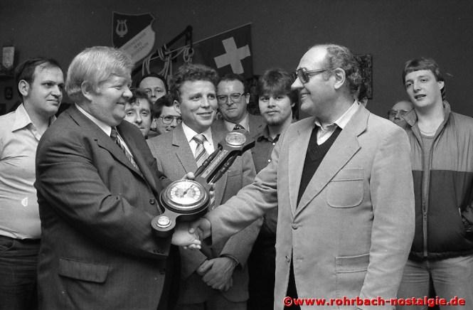 1982 Vorsitzender August Schwaab gratuliert dem Chorleiter Heinrich Mayer zum 60. Geburtstag