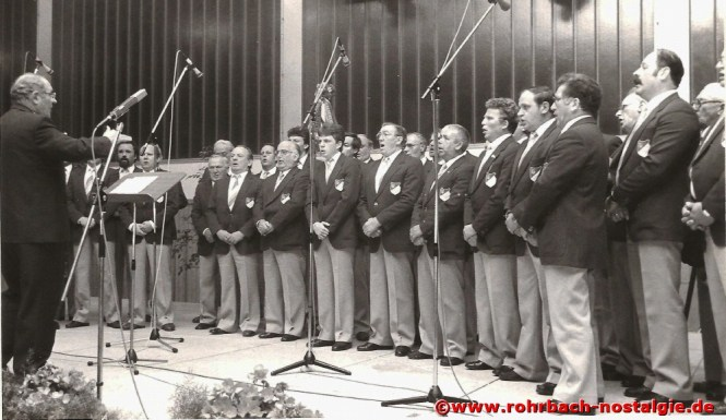 1986 Chor beim Weinfest in der Rohrbachhalle mit Dirigent Heinrich Mayer