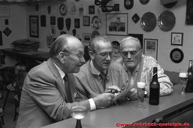 1990 Vorsitzender Konrad Wendel (Bildmitte) mit den langjährigen Sängern Willi Hardeck (links) und Alfons Wind (rechts)