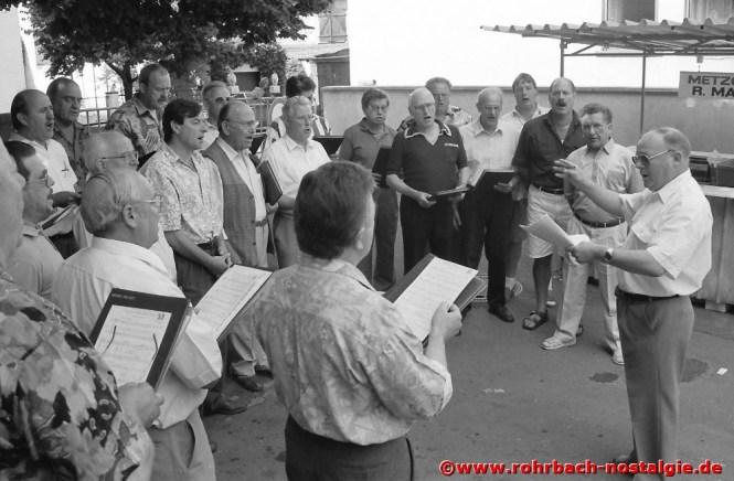 1993 Der Chor feiert ein Sommerfest. Es dirigiert der Vize-Dirigent Walter Mack