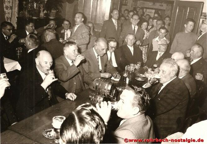 Um 1960 In fröhlicher Runde im Gasthaus Persil