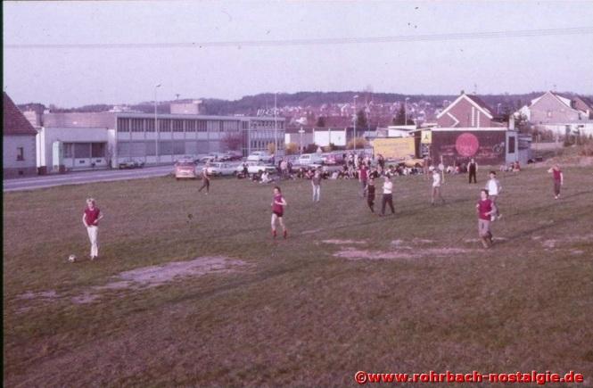 1984 Zahlreiche Beobachter des Fußballspiels vor der Toten Hose