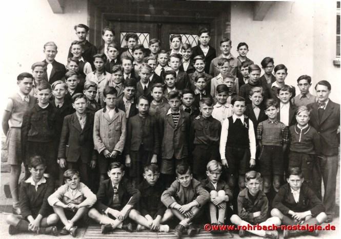 Ein Klassenfoto der Jahrgänge 1933-1935 vor der Pestalozzischule mit Lehrer Weiland. Der Buchautor Herbert Bergsträßer ist in der ersten Reihe rechts der erste Junge.
