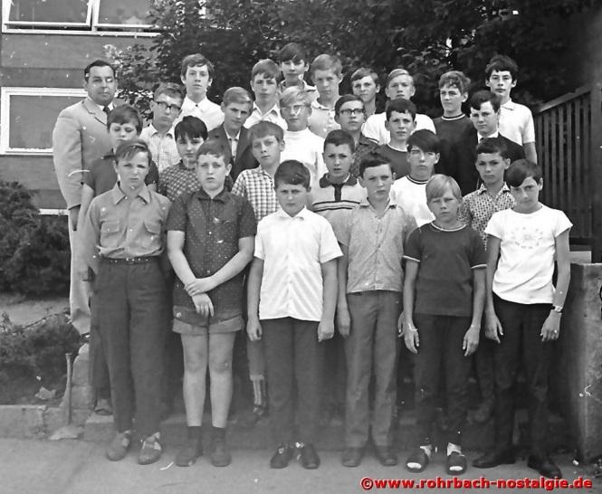 1969 Albert Senzig mit der Abschlussklasse des Geburtsjahrganges 1955