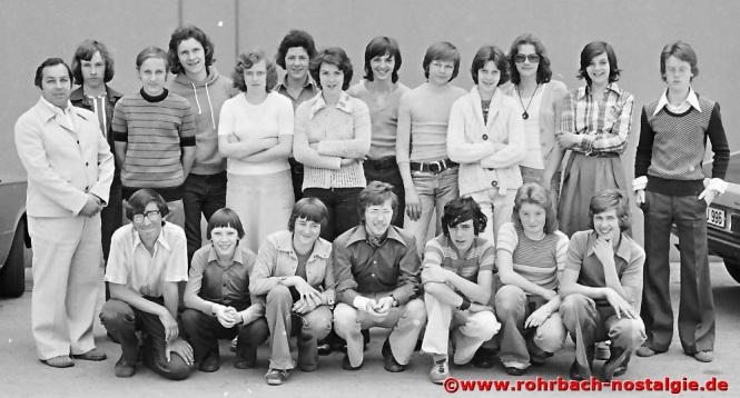 1974 Albert Senzig mit der Abschlussklasse des Geburtsjahrganges 1960
