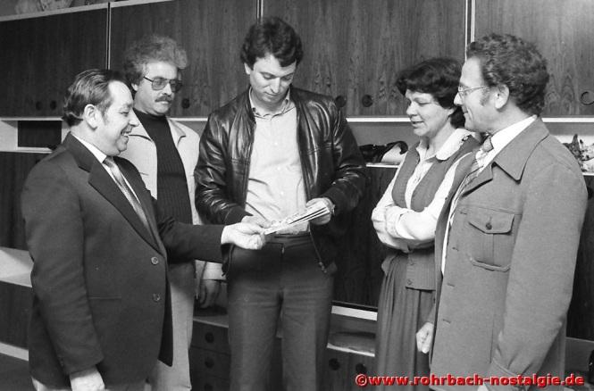 1982 Albert Senzig übergibt als Pfarrgemeinderatsvorsitzender die neue Pfarrchronik an Kaplan Norbert Leiner. Mit auf dem Foto 2. von links: Arnulf Kolling, Annche Müller und Hans Bleif