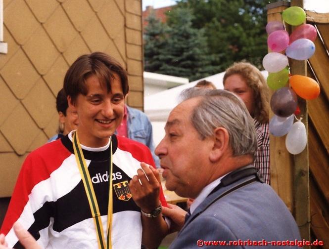 1996 Albert Senzig interviewt die Rohrbacher Leichtathletin Sandra Abel, die mit einer Bronzemedaille von den Juniorenweltmeisterschaften in Sydney (Australien) heimkehrt