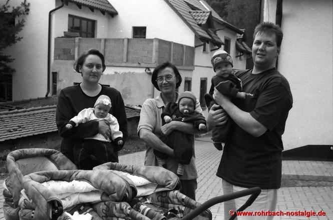 1999 Drillinge auf dem Glashütterhof. Thomas Jung , ein Ur-Enkel von Ludwig Pauly senior mit seiner Mutter Gerlinde (Tochter vom Glashütter Lui)i und seiner Ehefrau Silvia