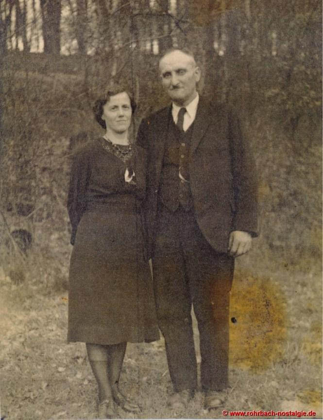 """Ludwig Pauly junior hier mit seiner Ehefrau Elisabeth. In Rohrbach ist er nur bekannt als """"de Glashütter Lui"""". Mit seinem Pferd ist er oft in Rohrbach unterwegs um """"Saufressen"""" heimzufahren"""