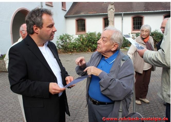 2013 Albert Senzig im Gespräch mit dem Evangelischen Pfarrer von Hassel und Rohrbach Alexander Beck, auf dem Friedhof in Rohrbach