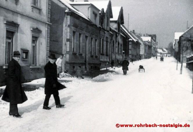 Die verschneite Bahnhofstraße in den Anfang 50er Jahren. Hier vorbei führt für Herbert Bergstraße der Weg ins Dorf