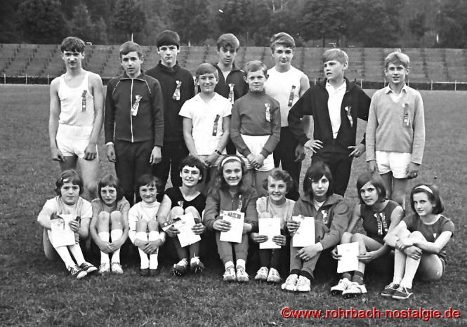 1967 Schüler und Schülerinnen bei einem Turnfest im Homburger Waldstadion.